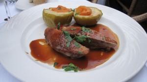 Filet de canette de Challans cuit au sautoir, jus de cidre, pommes vertes rôties au beurre